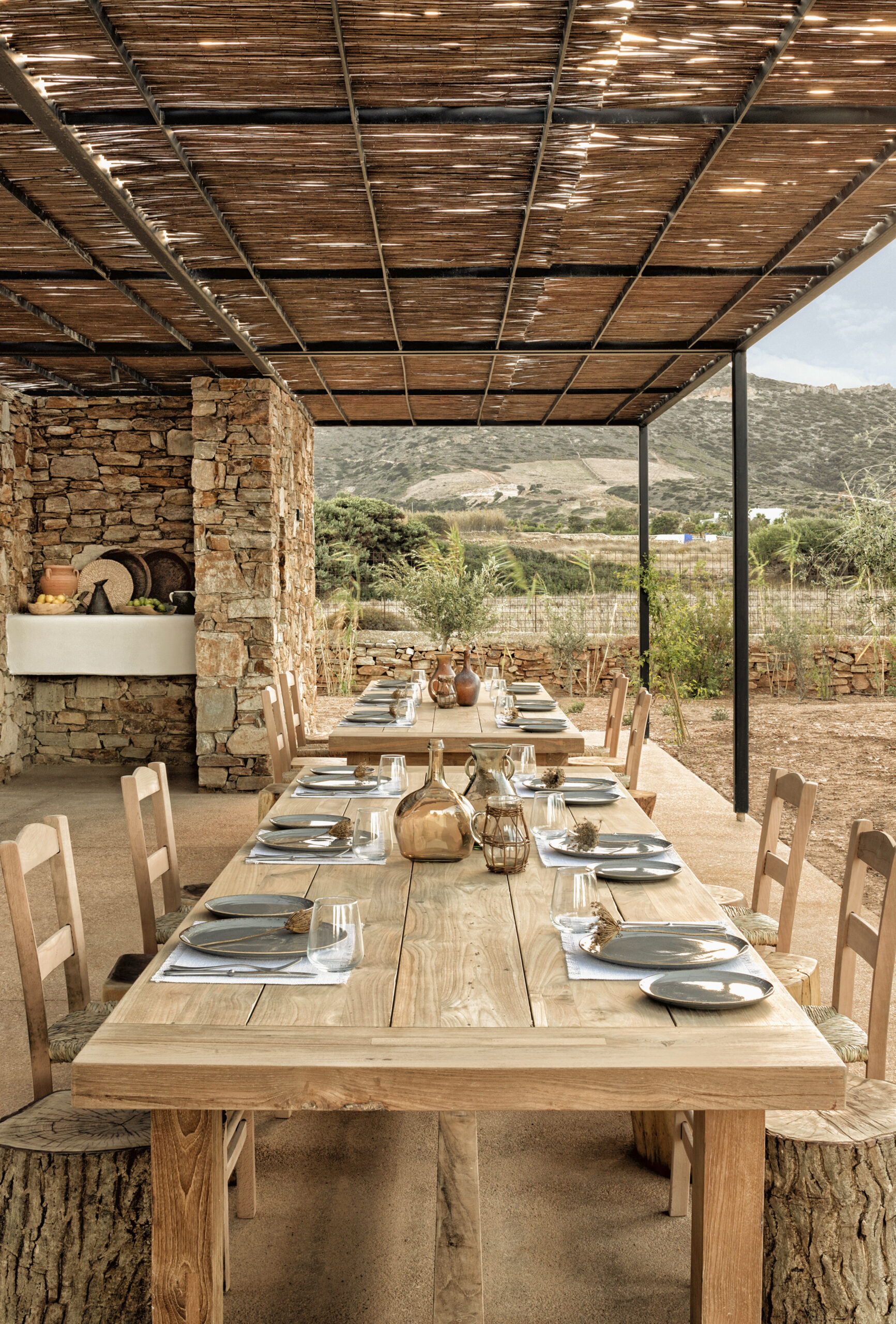 The Rooster farm communal table ©Yannis Rizomarkos